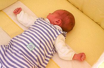 Plotzlicher Kindstod Beim Schlafen Sollte Das Baby Immer Auf Dem